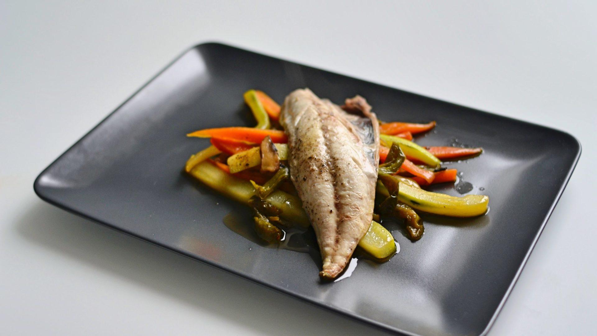 Peixe en cama de verduras